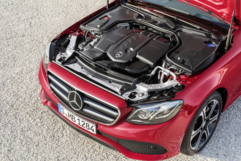 Mercedes-Benz E-Klasse, E 220 d, AVANTGARDE, Night Paket, hyazinthrot, schwarz/macciato. Kraftstoffverbrauch kombiniert: 4,3-3,9 l/100 km; CO₂-Emissionen kombiniert: 112-102 g/km