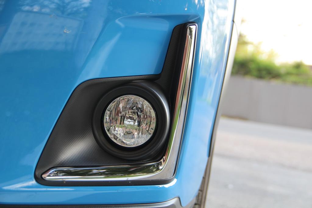Спереди обновленную Subaru XV сразу выдает контраст черного пластика и хрома – отделка зон противотуманных фар в переднем бампере.