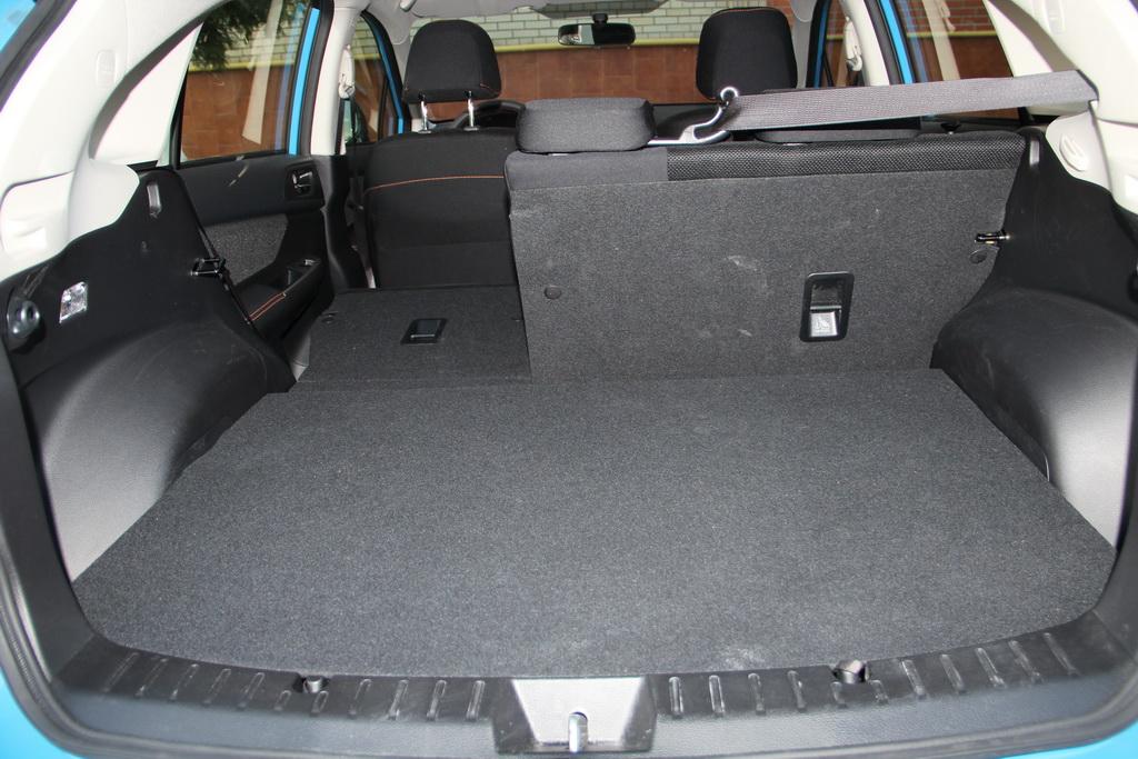Багажник скромен даже по меркам хетчбеков гольф-класса. Задние сиденья складываются в соотношении 60:40 во всех машинах.