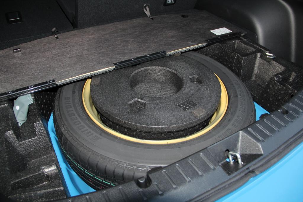 Лежи под полом багажника полноразмерное запасное колесо, и багажник был бы еще меньше по высоте, а его пол выше. Ведь даже с временной докаткой вещи приходится поднимать практически на уровень пояса, а большая сумка еле вмещается «под шторку».