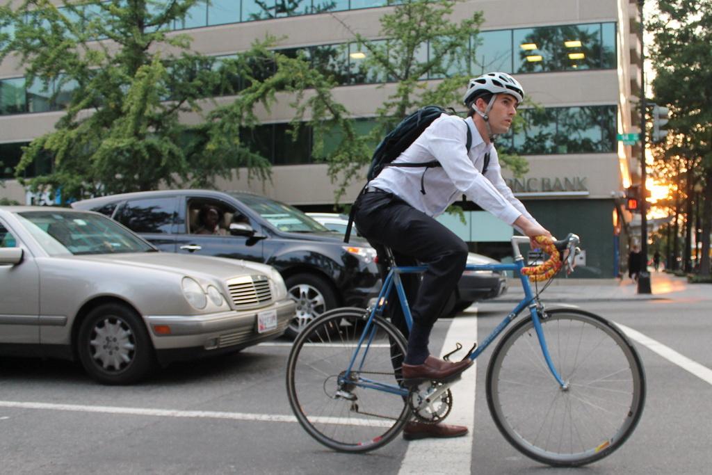 Велосипедисты смогут ездить по полосам для общественного транспорта