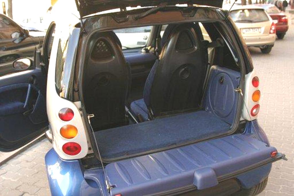 Двигун заховано під підлогою багажника в задній частині авто