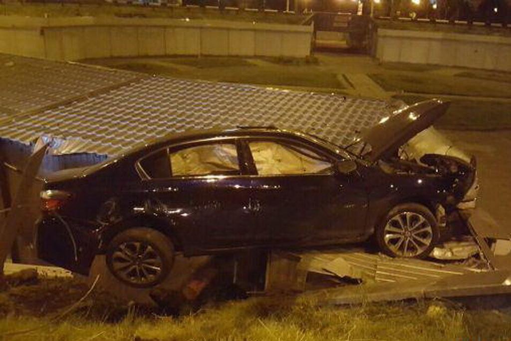 В Киеве Honda улетела на крышу киоска