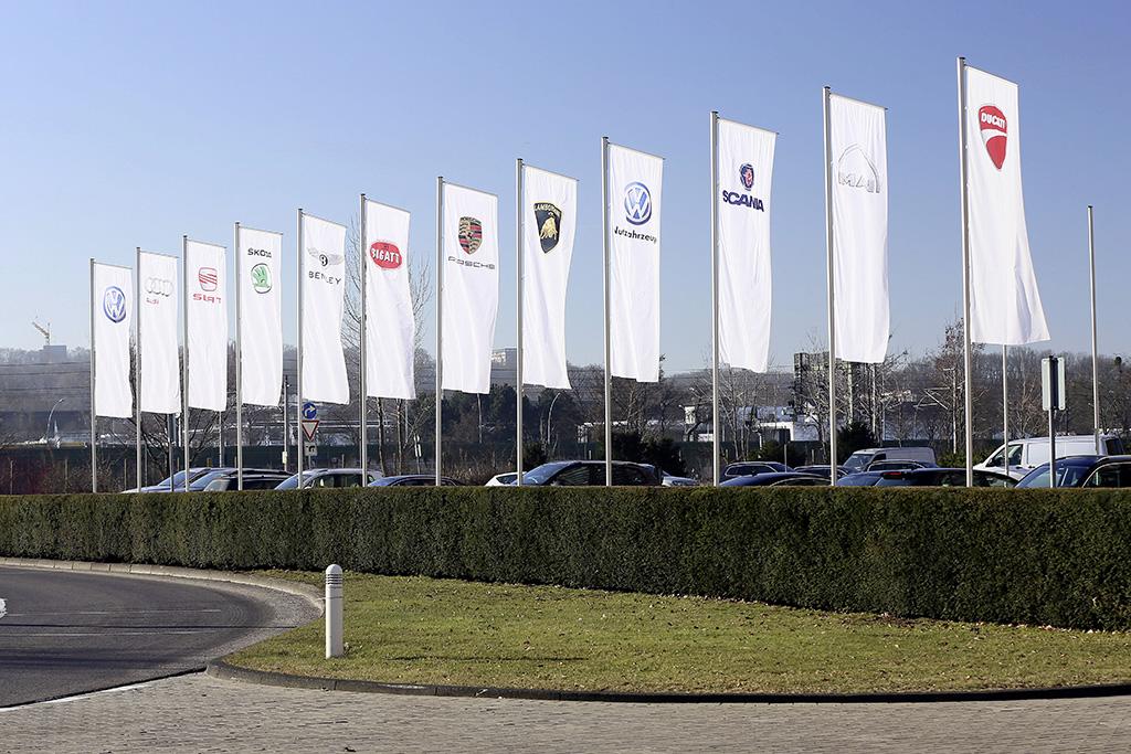 Volkswagen Werk Wolfsburg/Fahnenstangen der Konzernmarken am Verwaltungshochhaus