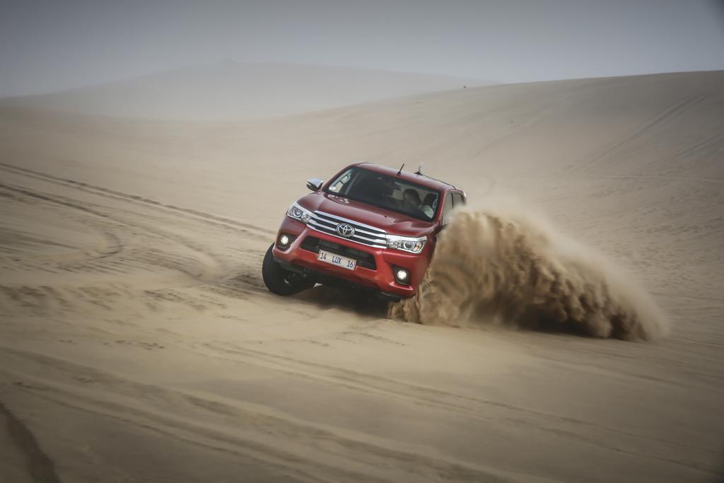 Toyota Hilux в пустыне
