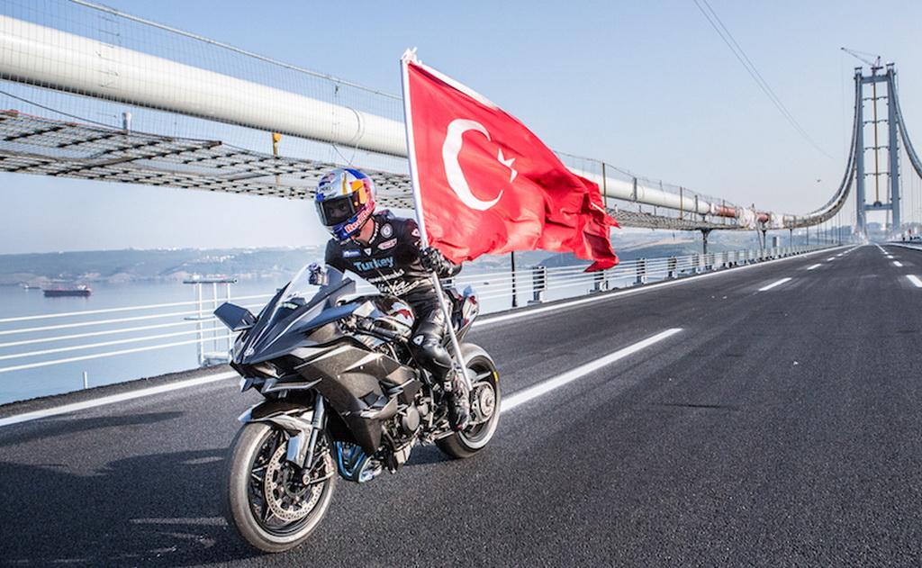 Мотоцикл разогнали до 400 км/ч на мосту