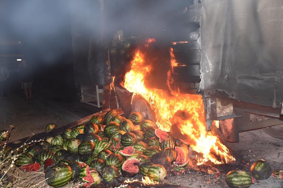 Загоревшуюся фуру губернатор тушил арбузами