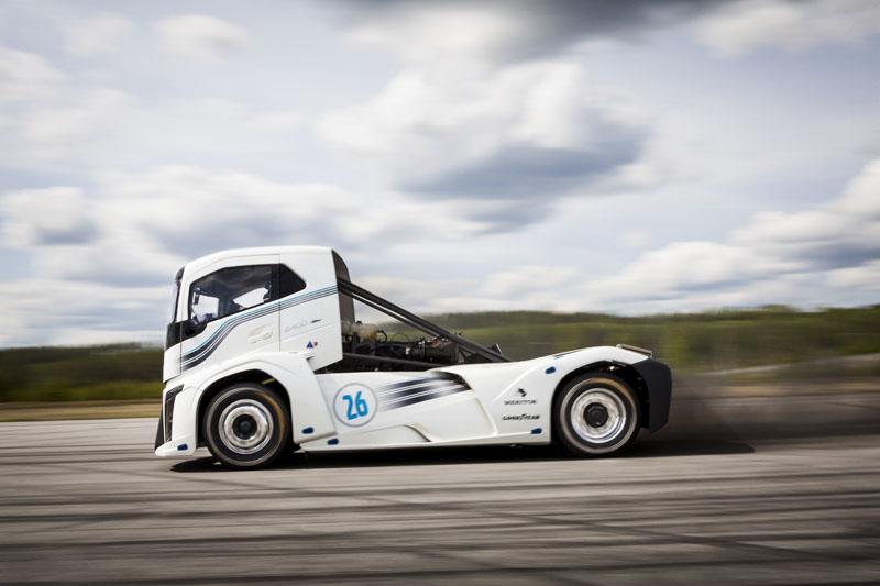 Двойной мировой рекорд скорости на грузовике установлен 24 августа