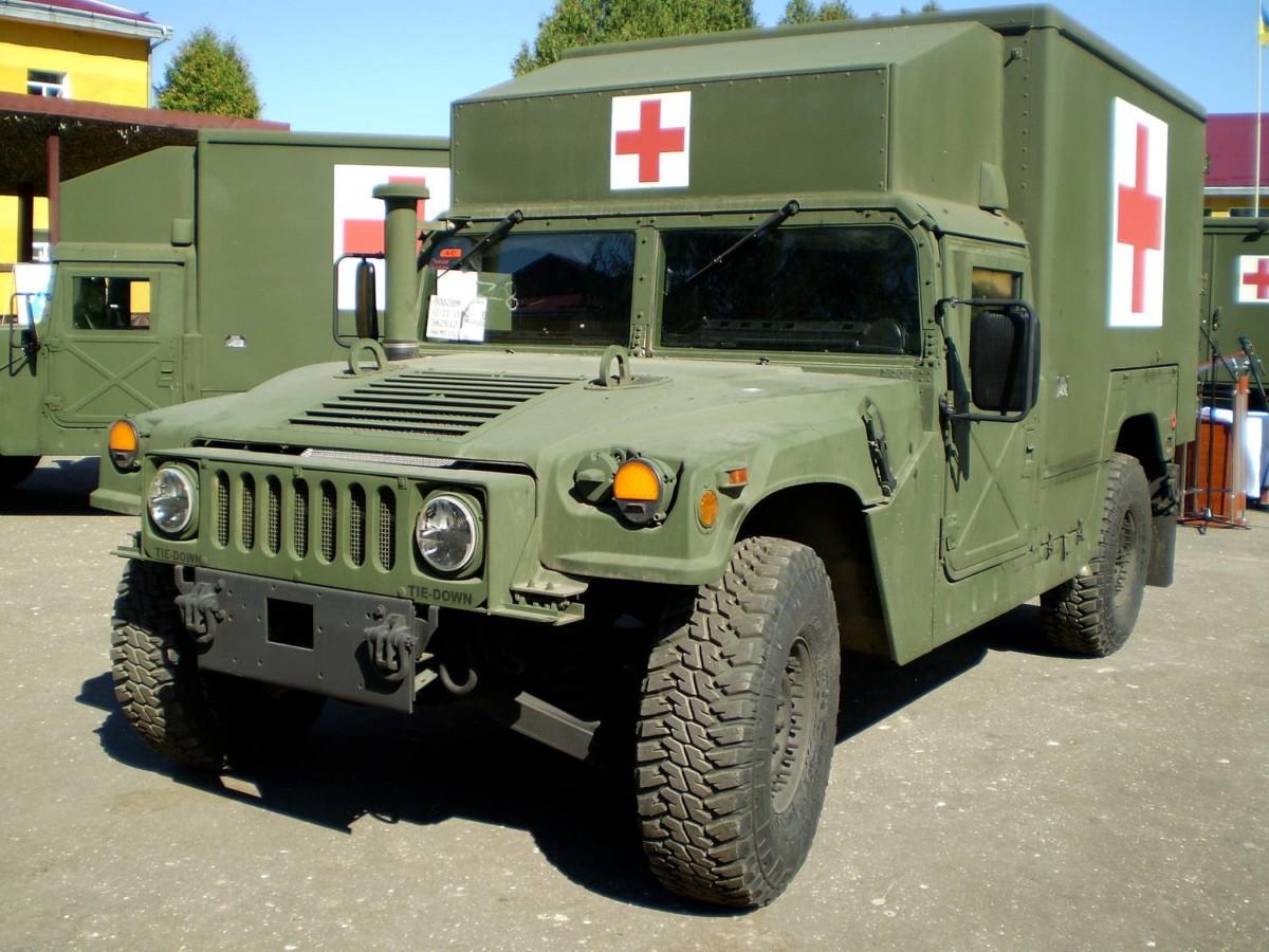 Медицинские автомобили Hummer передали украинским военным