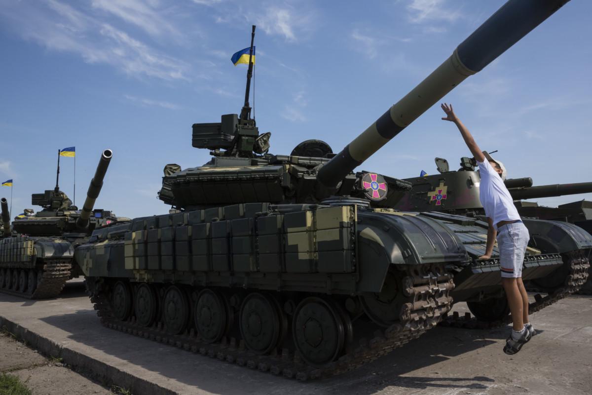 Сегодня, 23 августа Президент Украины Петр Порошенко передал военным 141 единицу военной техники