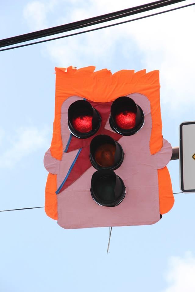 Необычные светофоры сделали похожими на лицо человека