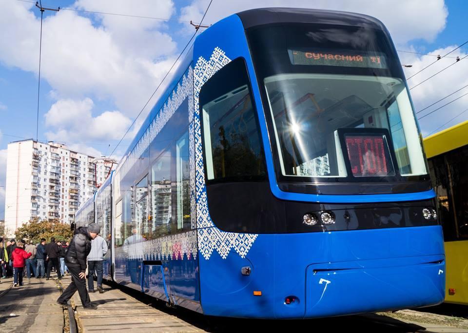 ВКиеве пассажиры отодвинули брошенное авто, парализовавшее движение трамваев