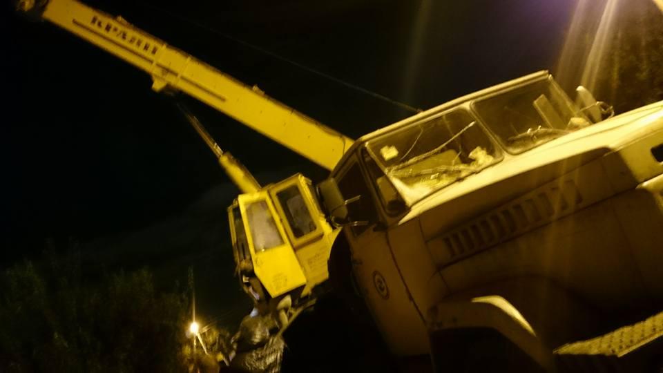 Резонансное ДТП в Харькове: грузовик упал на крышу дома