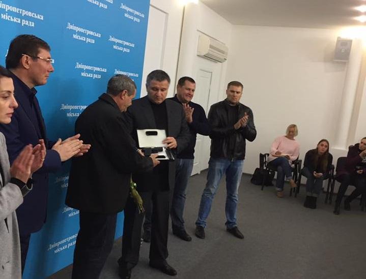 Валерий Тимонин - смелый водитель маршрутки получил наградное оружие от Авакова