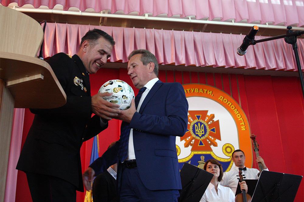 Генеральный директор ПАО «АвтоКрАЗ» Роман Черняк вручает спасателям ценные подарки