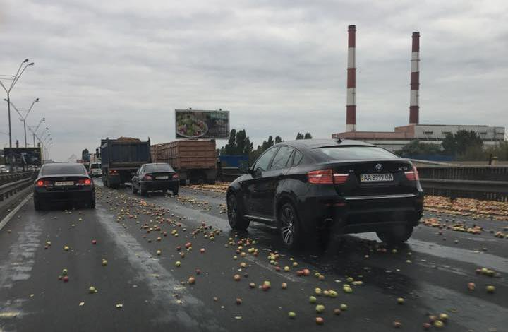Яблоки на Южном мосту в Киеве рассыпались по всей дороге