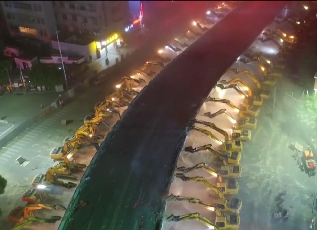 116 экскаваторов сравняли путепровод с землей всего за одну ночь