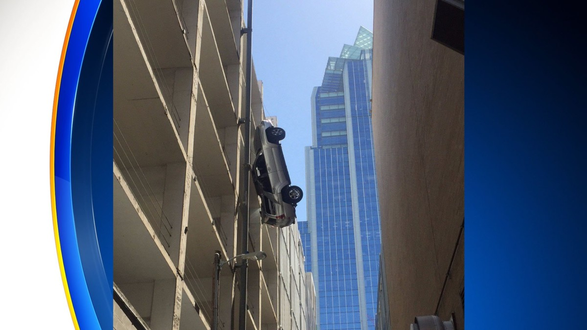 Водитель перепутал педали – автомобиль завис на стене паркинга!