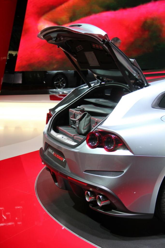 Купе Ferrari GTC4 Lusso T представлено на Парижском автосалоне 2016