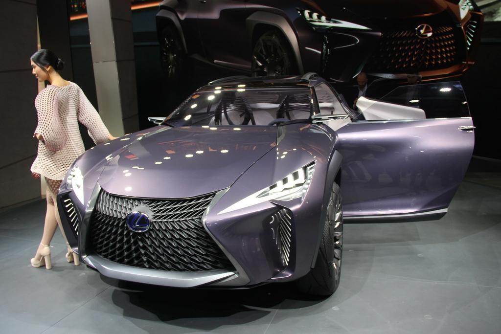 Lexus UX. Самый маленький кроссовер Лексус показали в Париже