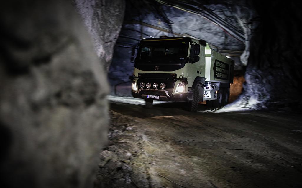 Беспилотный cамосвал Volvo FMX испытали в шахте