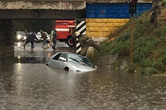 Потоп в Одессе. Забетонированные стоки, плаванье на матрасах и рыбалка с тротуара