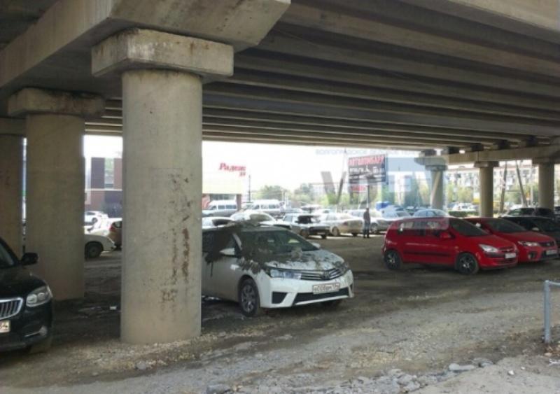 Почему не надо оставлять машину под мостом. Наглядный пример