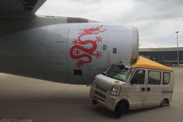 В Китае самолет врезался в автомобиль – авария Airbus A330-300