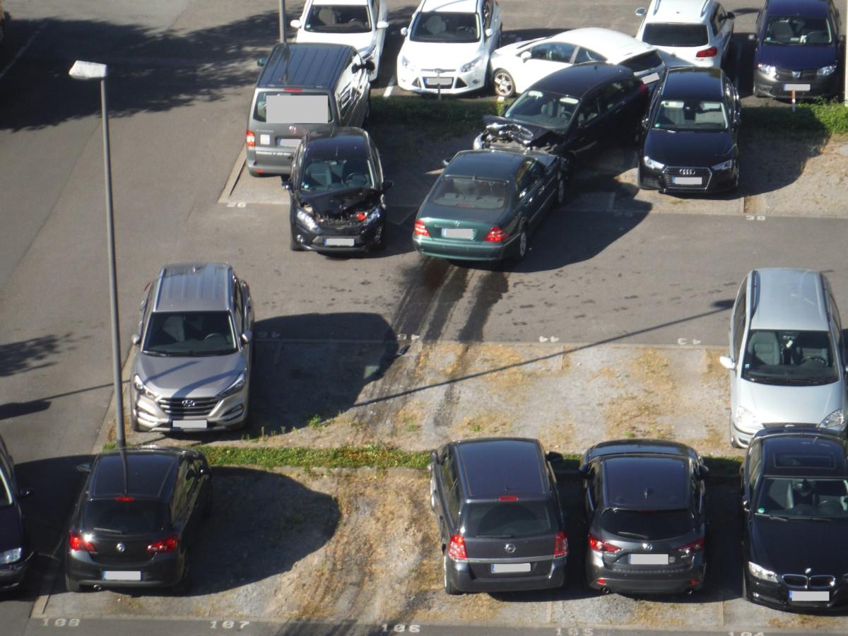 Пожилая дама перепутала педали и превратила парковку в свалку