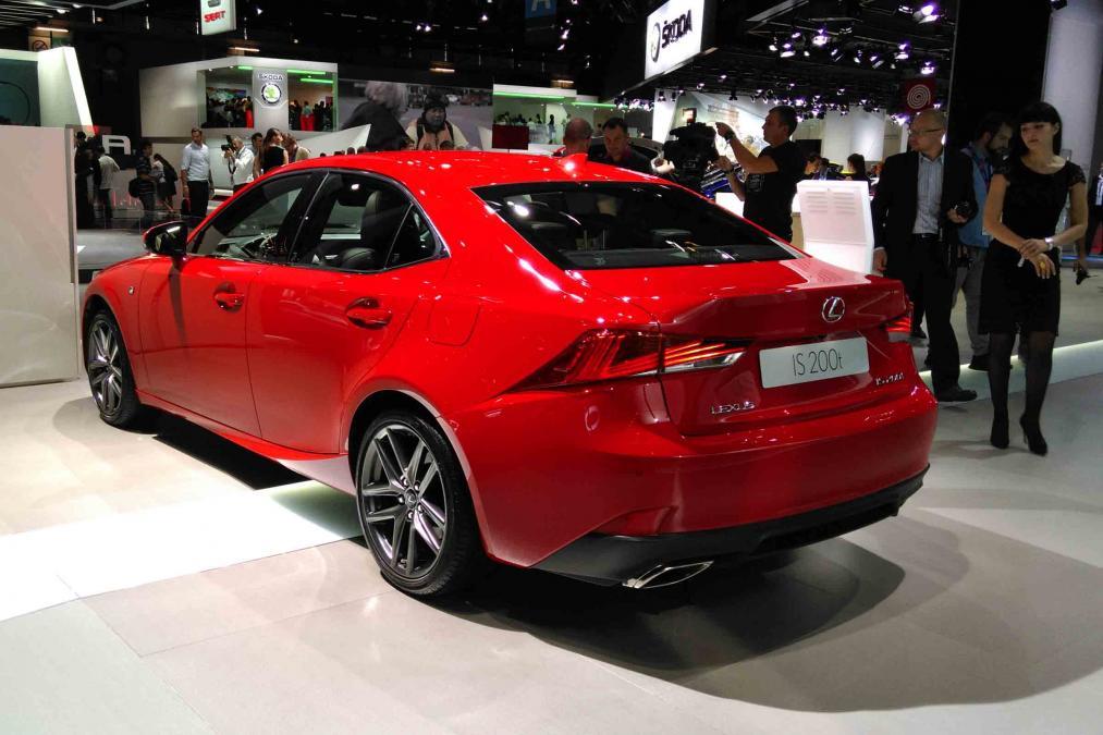 Обновленный седан Lexus IS дебютировал в Париже