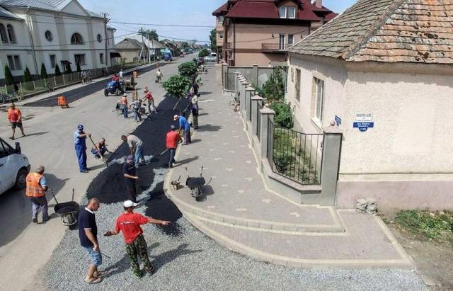 Дороги Украины - жители Закарпатья ремонтируют дороги своими руками