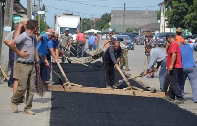 Дороги Украины - жители Великой Доброни асфальтируют дороги за свой счет