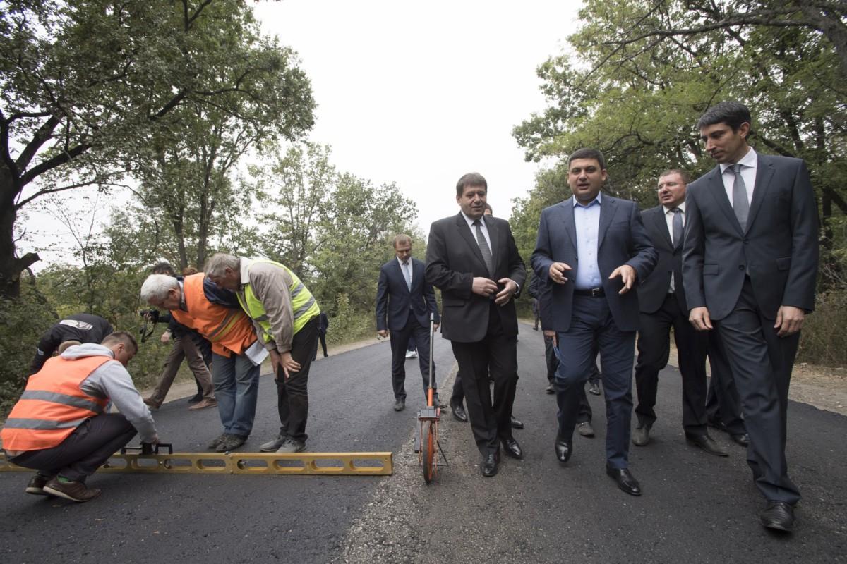 Виталий Гройсман проверяет как ремонтируются автодороги