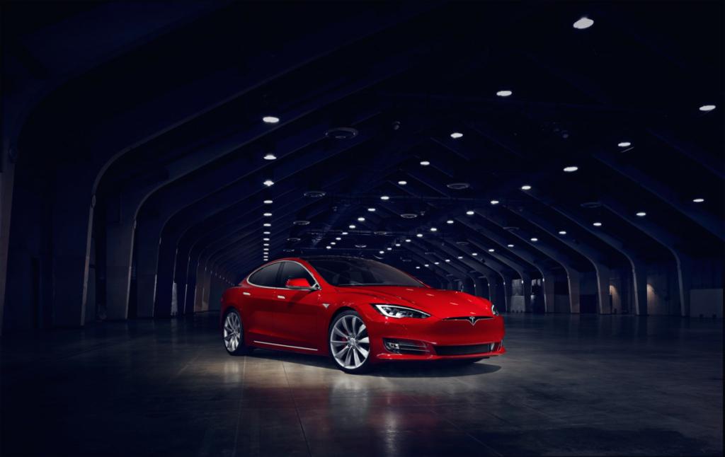 Электромобиль Tesla спасет детей от теплового удара