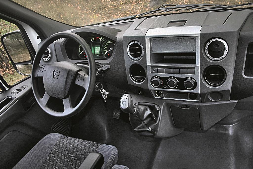 У водителя все под рукой. Есть место для радио с USB, управлять которым можно кнопками на руле.
