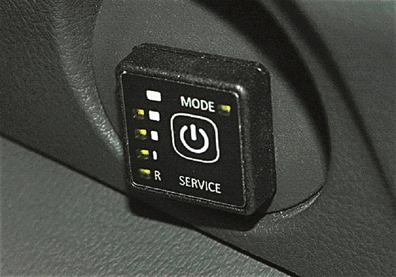 Кнопка переключения режимов работы двигателя: газ/бензин. Индикаторы показывают остаток топлива.