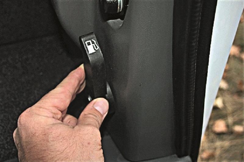 Лючок бензобака можно открыть только из салона – специальной ручкой за креслом водителя.
