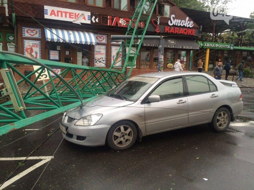 Шторм в Одессе: на дороги падают краны и деревья