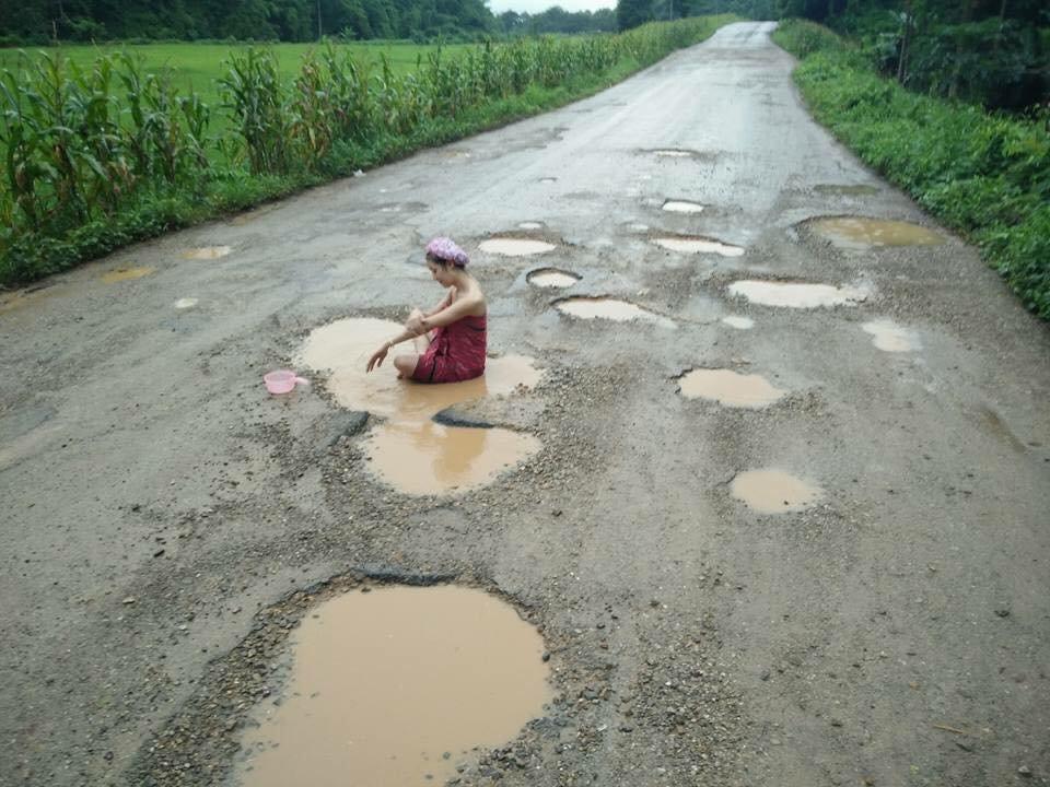 Девушка устроила купание в ямах, чтобы привлечь внимание к качеству дорог