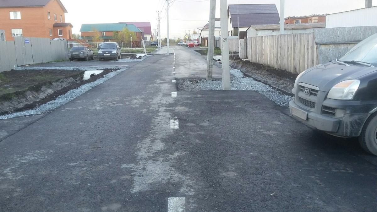 Однажды в России: дорогу заасфальтировали вместе со столбами