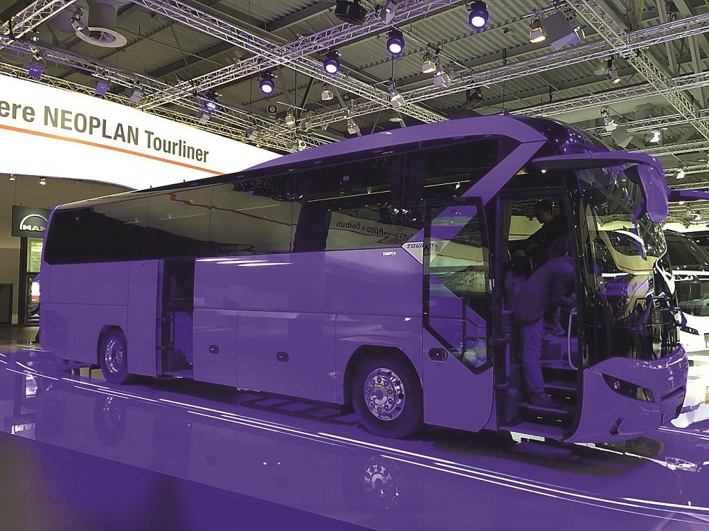 Мировая премьера – туристический автобус премиум-класса Neoplan Tourliner. Длина – 12,1 м. Мест – 44. Дизель 420 л.с. Оснащение: MAN Efficient Cruise (круиз с GPS) и MAN EfficientRoll (езда с АКП на нейтрали).