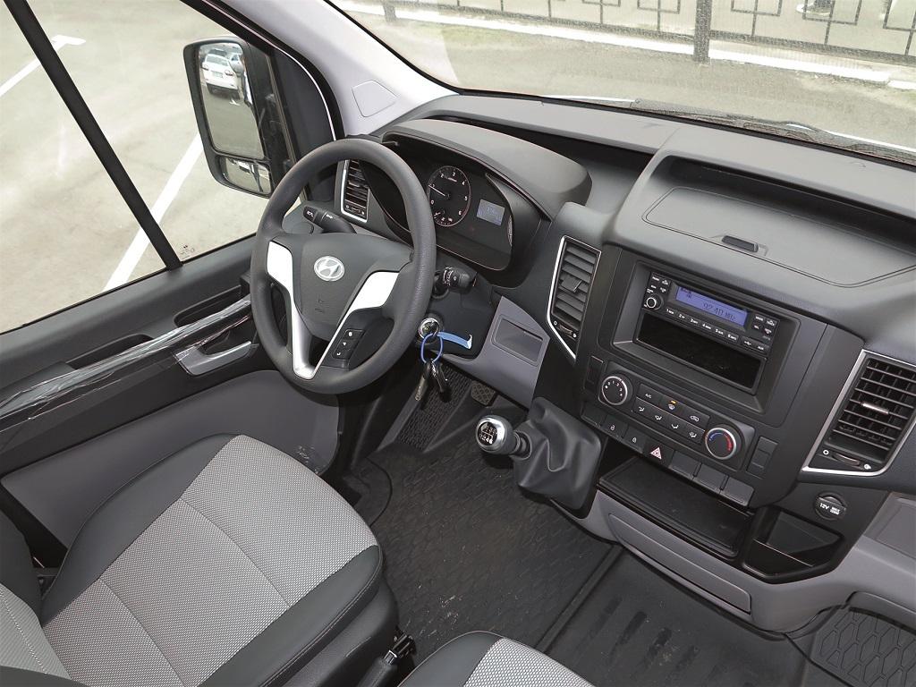 В 3-местной кабине H350: многофунк¬циональный руль, джойстик КП и рос¬сыпь вещевых отсеков, в том чис¬ле под сиденьями.