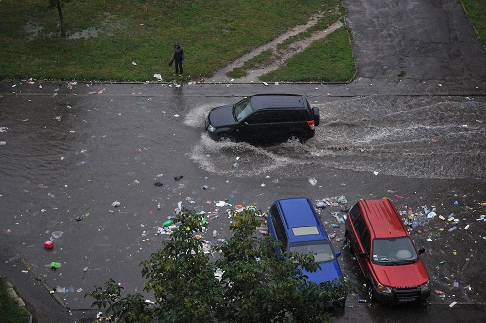 Потоп во Львове. Мусор поплыл прямо по дорогам