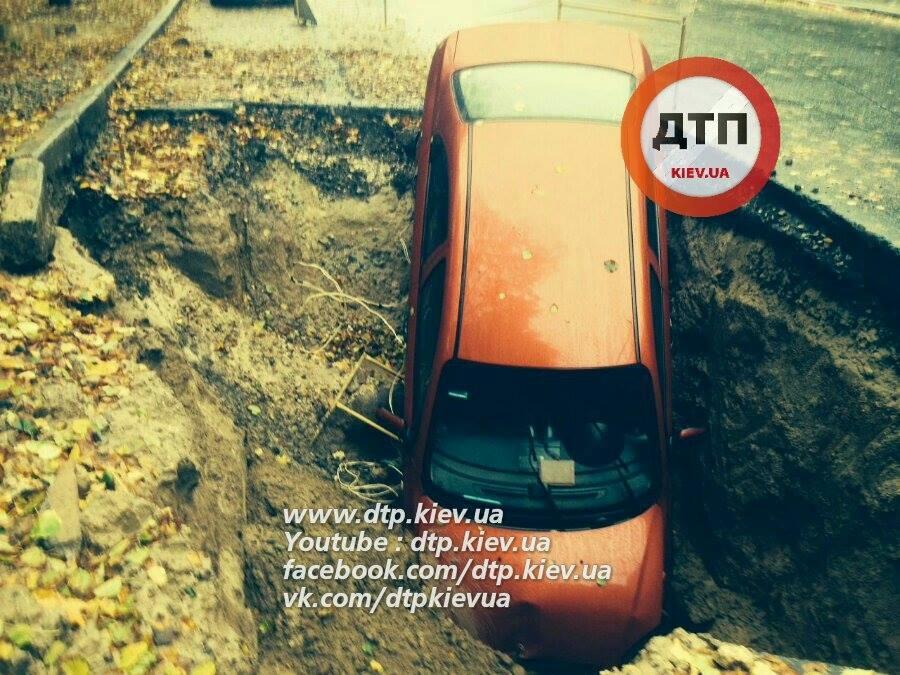 В знак протеста киевлянин третий день не забирает провалившийся под асфальт Aveo