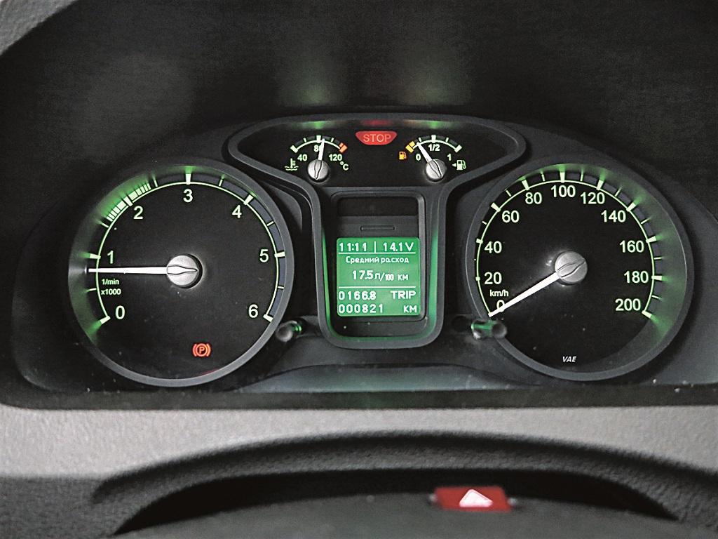 Комбинация приборов хорошо читается, в том числе и дисплей борткомпьютера.