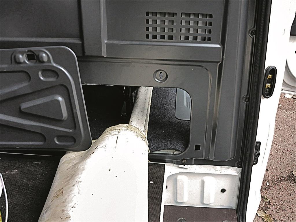 Съемный лючок в задней стенке кабины позволяет перевозить длинномерные грузы – до 5 метров.