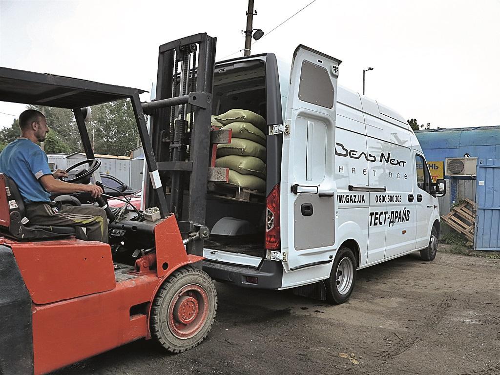 Тестировать фургон решили, как всегда, с грузом. В данном случае это двадцать мешков с песком.