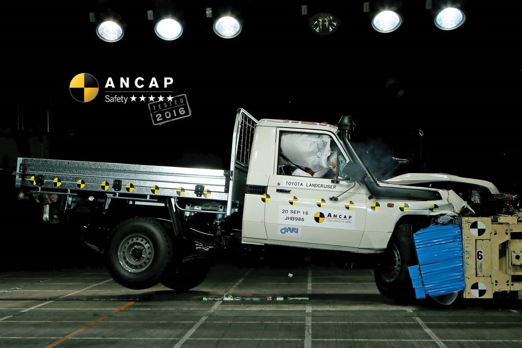 Безопасность старых автомобилей: краш-тест Toyota Land Cruiser 70