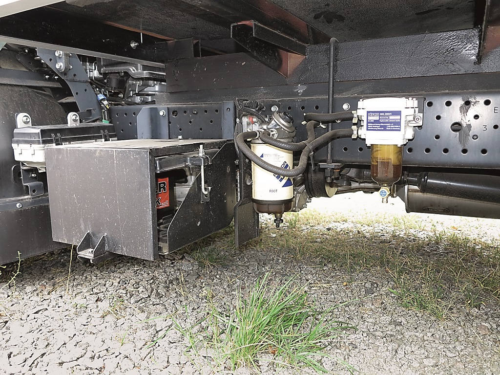 Аккумуляторный отсек надежно защищен от взлома. Рядом – дополнительный топливный фильтр с подогревом.