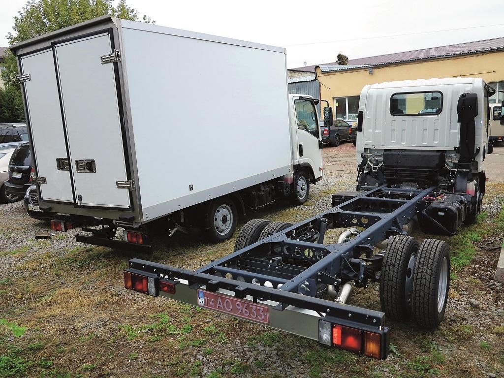 Шасси Isuzu NLR 85L (на фото – с фургоном) имеет полную массу 3,5 т. Другое шасси – NMR 85L рассчитано на полную массу 5,2 т и внешне отличается увеличенной колесной базой и двускатной задней ошиновкой.